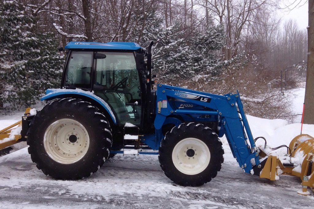 Traktorius su stumdykle ir šluota